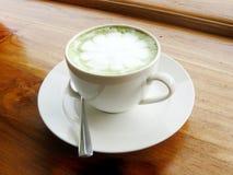Tazza calda del latte del tè verde Fotografie Stock Libere da Diritti