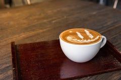Tazza calda di arte del latte del caffè con il piatto fotografia stock libera da diritti