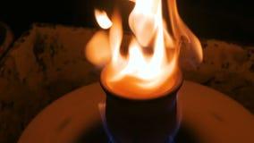 Tazza ceramica bruciante sulla ruota delle terraglie stock footage