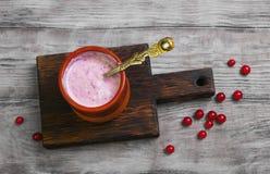 Tazza ceramica con il yogurt casalingo della bacca Immagini Stock