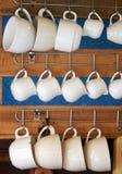 Tazza ceramica della porcellana sottile bianca per la crema o lo sciroppo del latte Fotografia Stock