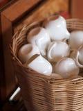 Tazza ceramica della porcellana sottile bianca per la crema o lo sciroppo del latte Immagine Stock