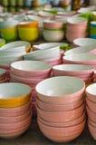 Tazza ceramica, molti piatti differenti bianchi impilati insieme Fotografia Stock