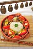Tazza cinese dell'alimento di riso con il pomodoro del porco Fotografia Stock