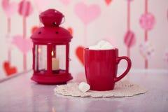 Tazza con cacao e mashmallows vicino alla candela Fotografia Stock Libera da Diritti