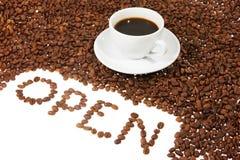 Tazza con caffè, chicco di caffè Fotografia Stock