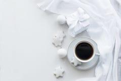 Tazza con caffè, i biscotti e le palle di Natale, alta chiave Fotografie Stock