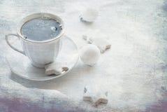 Tazza con caffè, i biscotti e le palle di Natale, alta chiave Fotografie Stock Libere da Diritti