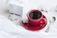 Tazza con caffè, il contenitore di regalo bianco, i biscotti e le palle, alta chiave Fotografie Stock