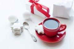 Tazza con caffè, il contenitore di regalo bianco, i biscotti e le palle, alta chiave Immagini Stock Libere da Diritti