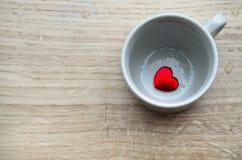 Tazza con cuore rosso Fotografie Stock
