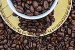 Tazza con i chicchi di caffè Fotografie Stock Libere da Diritti