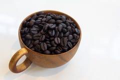 Tazza con i chicchi di caffè isolati su fondo bianco Fotografia Stock Libera da Diritti