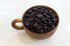 Tazza con i chicchi di caffè isolati su fondo bianco Fotografie Stock