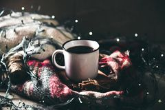 Tazza con i herlands, il Natale ed il nuovo anno, dettagli accoglienti di natura morta nel salone composizione con la tazza Immagini Stock