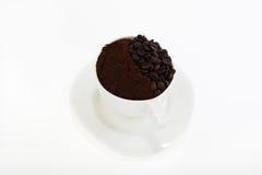 Tazza con il caffè macinato del chicco di caffè e Fotografia Stock Libera da Diritti