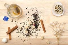 Tazza con la bustina ed il dolce di tè Fotografie Stock Libere da Diritti