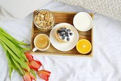 Tazza con la prima colazione sana arancio del Granola casalingo delle bacche della panna acida dei pancake e del cappuccino Immagini Stock