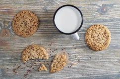 Tazza con latte ed i biscotti Immagini Stock