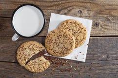 Tazza con latte ed i biscotti Fotografia Stock Libera da Diritti