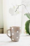 Tazza con tè o caffè sul tavolo da cucina Immagini Stock Libere da Diritti