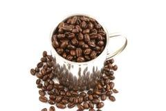 Tazza d'acciaio piena dei chicchi di caffè Fotografia Stock Libera da Diritti