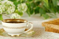 Tazza d'annata di tè con pane tostato nel giardino Immagine Stock Libera da Diritti