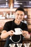 Tazza d'offerta di barista asiatico del caffè di miscela del gocciolamento fotografia stock