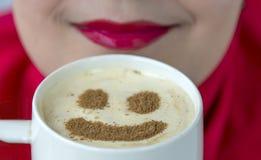 Tazza da caffè con forma sorridente sulla schiuma immagini stock