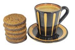 Tazza da caffè con i biscotti su fondo bianco immagini stock