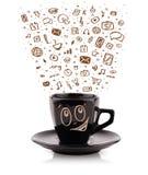 Tazza da caffè con le icone disegnate a mano di media Fotografie Stock Libere da Diritti