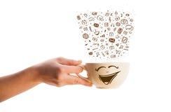Tazza da caffè con le icone disegnate a mano di media Fotografia Stock Libera da Diritti