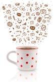 Tazza da caffè con le icone disegnate a mano di media Immagine Stock
