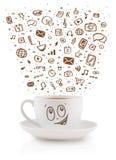 Tazza da caffè con le icone disegnate a mano di media Immagine Stock Libera da Diritti