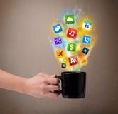 Tazza da caffè con le icone variopinte di media Fotografia Stock
