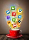 Tazza da caffè con le icone variopinte di media Immagine Stock