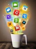Tazza da caffè con le icone variopinte di media Fotografie Stock
