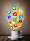 Tazza da caffè con le icone variopinte di media Immagini Stock