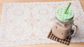 tazza da caffè del ghiaccio sulla tavola Immagini Stock Libere da Diritti