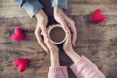 Tazza da caffè della tenuta dell'amante Immagine Stock Libera da Diritti