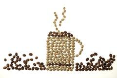 Tazza da caffè e fumo fatti dei fagioli isolati su bianco Fotografia Stock
