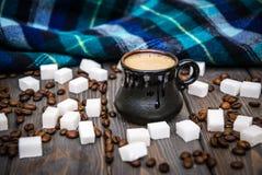 Tazza da caffè e sciarpa di lana calda blu di autunno Immagini Stock Libere da Diritti