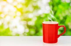 Tazza da caffè rossa sulla tavola di legno Immagini Stock