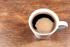 Tazza da caffè su una vecchia tavola di legno Fotografia Stock Libera da Diritti