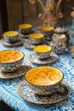 Tazza da the ceramico decorato fotografie stock