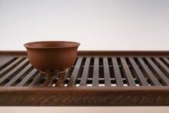 Tazza da the ceramico sul vassoio di legno Immagine Stock