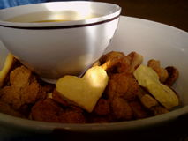 Tazza dei biscotti a forma di del cuore e del tè immagine stock libera da diritti