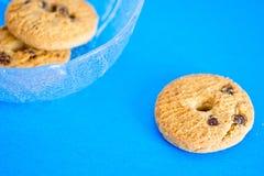 Tazza dei biscotti su una priorità bassa blu Immagine Stock