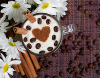 Tazza dei cappuccini con ?innamon ed i fiori bianchi Fotografia Stock Libera da Diritti
