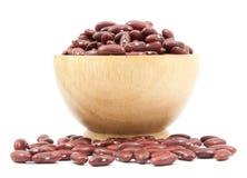 Tazza dei fagioli rossi sulla tazza di legno isolata Immagine Stock Libera da Diritti